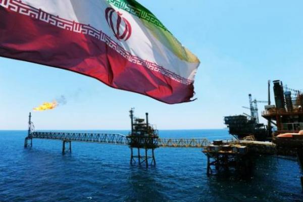 Bendera kebangsaan Iran berkibar di sebuah kilang minyak milik negara itu (Foto: IRNA)