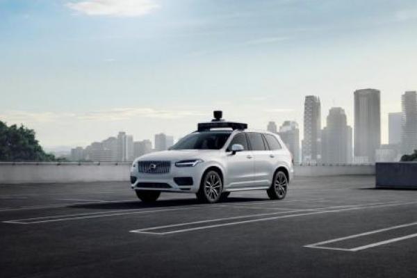 Volvo XC90 SUV adalah kendaraan produksi pertama yang menggunakan teknologi self-driving Uber. Foto milik Volvo / Uber