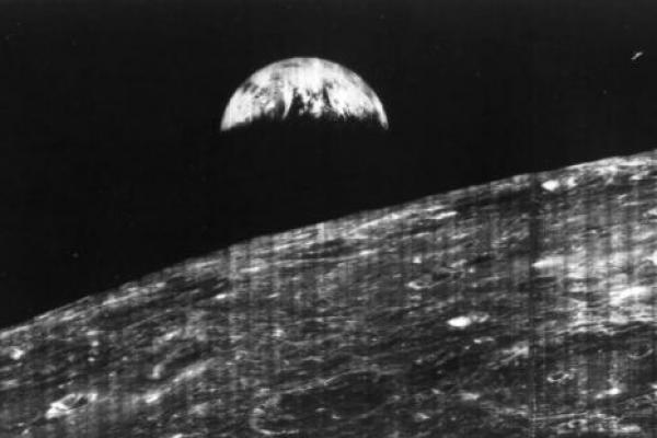 Pada 14 Agustus 1966, pesawat ruang angkasa AS Orbiter 1 tak berawak mulai mengorbit bulan