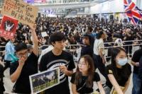 Demonstran anti ekstradisi di Bandara Hong Kong (Foto:Thomas Peter/Reuters)