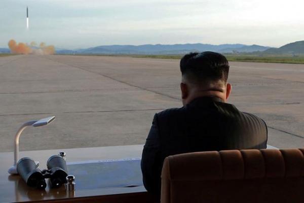 Pemimpin Korea Utara, Kim Jong un menyaksikan peluncuran rudal balistiknya (Foto: Reuters)