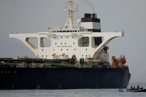 Perwira polisi pertahanan Gibraltar menjaga kapal tanker Iran, Grace 1 yang di tahan di lepas pantai Gibraltar, Spanyol selatan. (Foto: Reuters)