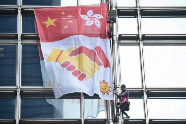 Aksi French Spiderman di Hong Kong (Foto: CNA)