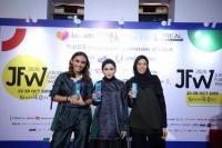 Peluncuran CLEAR Hijab Pure di perhelatan fashion, Jakarta Fashion Week (JFW) 2020 yang berkolaborasi dengan brand fashion modest ternama tanah air IKYK (I Know You Know) di Senayan City, Kamis (24/10)