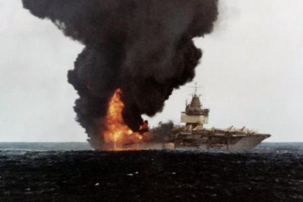 Pada 14 Januari 1969, serangkaian ledakan di atas kapal induk nuklir USS Enterprise di Hawaii menewaskan 27 orang. File Foto milik Angkatan Laut AS