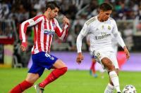 Alvaro Morata (kiri) mencoba merebut bola dari Raphael Varane (kanan) | Foto: AS