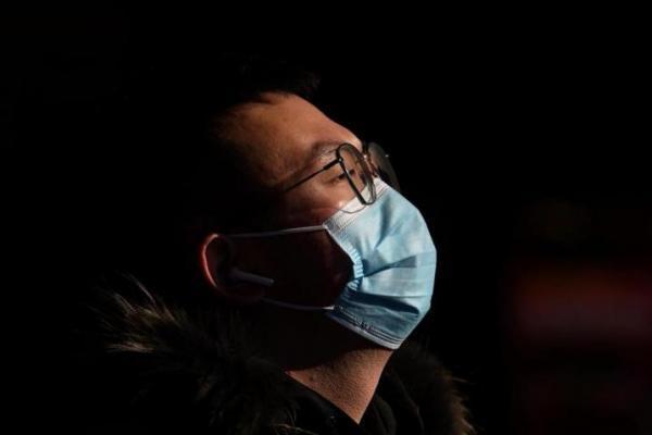 Warga memakai masker untuk mencegah terjangkit virus korona (foto: The National)