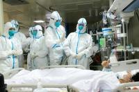 Tim medis China sedang menangani pasien terjangkit virus corona