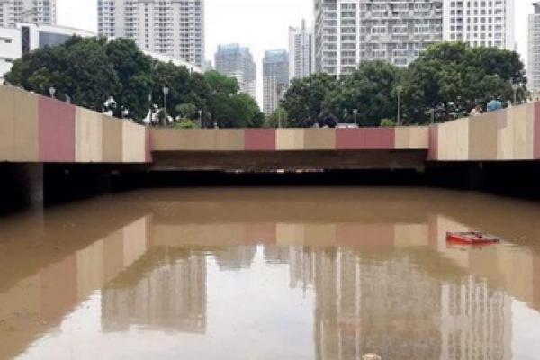 Tak Berdaya Melawan Banjir,  Underpass Kemayoran Tenggelam