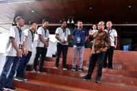 Sekjen Kemendes PDTT Anwar Sanusi berbincang dengan panitia seleksi seusai meninjau pelaksanaan Tes Kemampuan Dasar (TKD) dengan mengunakan Sistem Computer Assisted Tes (CAT) CPNS Kemendes PDTT yang diikuti 10.021 peserta untuk memperebutkan 230 formasi di Jakarta, Rabu, 26/2/2020. (Foto: Wening/kemendes PDTT)