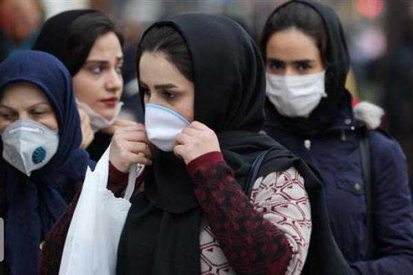 Pejalan kaki memakai masker untuk menghindari virus corona ketika kota-kota Iran (Foto: IRNA)