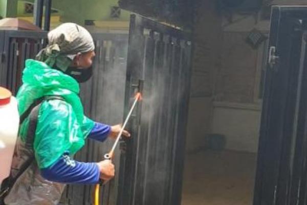 Penyemprotan disinfektan rumah warga di perumahan Vila Nusa Indah 5, Ciangsana, Kabupaten Bogor,  Jawa Barat,  sebagai salah satu mengurangi penyebaran virus corona. (Foto : Yusuf/Warga)