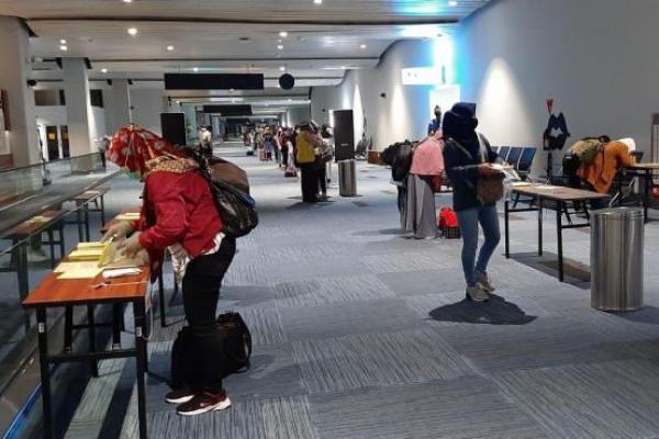 Sejumlah pekerja migran yang baru datang ke tanah air sedang menjalani rapid test covid-19 di Bandara Soekarno-Hatta.