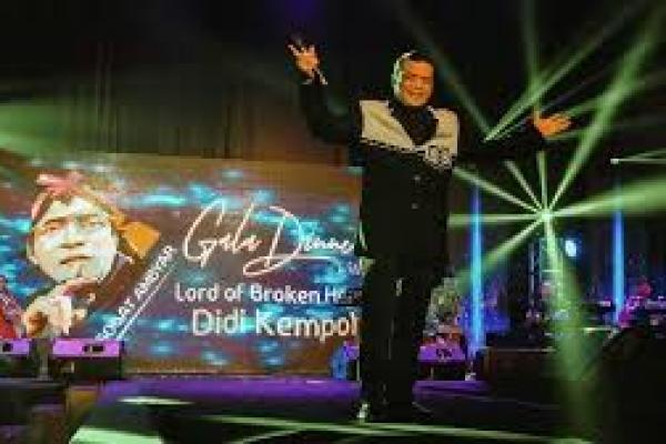 Aksi Didi Kempot di atas panggung ( foto : gaya.tempo)