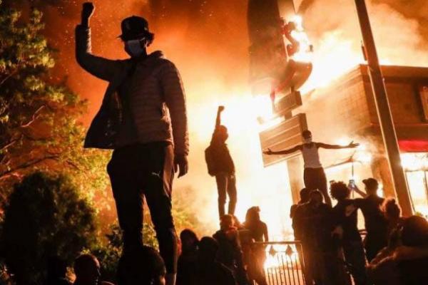 Aksi Protes dengan kerusahan terjadi di Amerika Serikat terkait tewasnya Georfge Floyd yang tewas dicekik dengan lutut polisi
