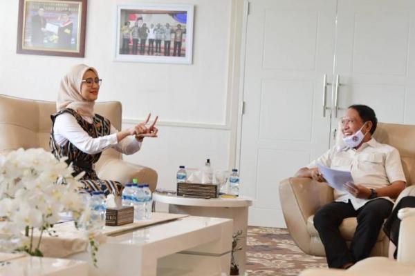 Staf Khusus Presiden Angkie Yudistia menyampaikan dua Perpres terkait Disabilitas kepada Menpora Zainudin Amali, (09/07)