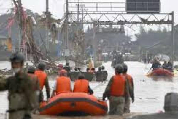 Petugas sedang mengevakuasi warga terdampak banjir bandang (foto : msn)