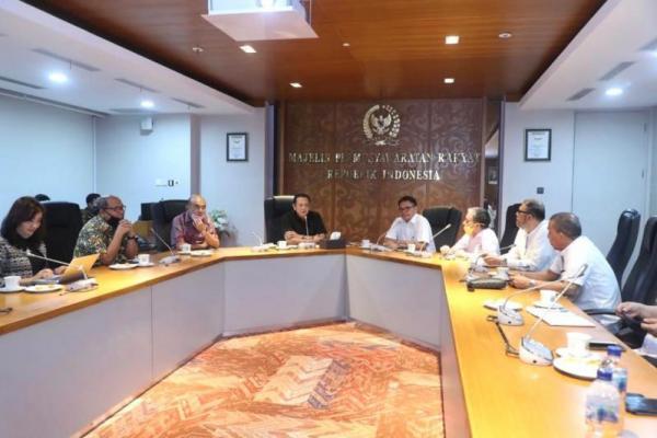 Ketua MPR Bambang Soesatyo menerima kunjungan dari Pengurus ARDIN di Ruang Kerja Ketua MPR RI, Senayan (09/07)