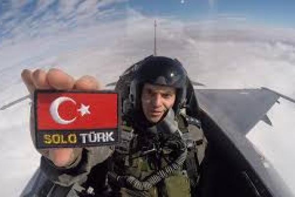 Solo Turk, tim aerobatik Angkatan Udara Turki, menerbangkan Pesawat Tempur F-16 (foto: steamcommunity)