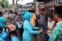 Ketua TP PKK Pusat Bagikan Masker Door to Door di Kabupaten Reejang Lebong