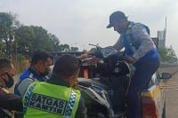 Jasa Marga Amankan Pemotor Masuk Jalan Tol Jakarta - Cikampek
