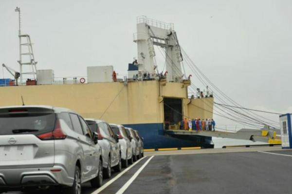 Uji coba bongkar muat kapal di Pelabuhan Patimban, Subang, Jawa Barat, Kamis (3/12/2020).