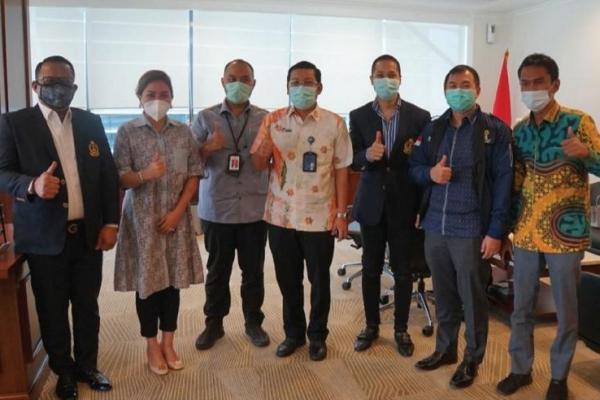 Direktur Utama PT Rajawali Nusantara Indonesia/RNI (Persero) Arief Prasetyo Adi (tengah) bersama jajaran BPP HIPMI. (foto: istimewa)