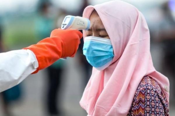 Pengecekan Suhu Badan Tenaga Migran Asal Indonesia