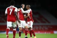 Pemain Arsenal Granit Xhaka melakukan selebrasi bersama rekan setimnya  Alexandre Lacazette setelah mencetak skor untuk timnya pada pertandingan Liga Primer Inggris  antara Arsenal and Chelsea di  Emirates Stadium