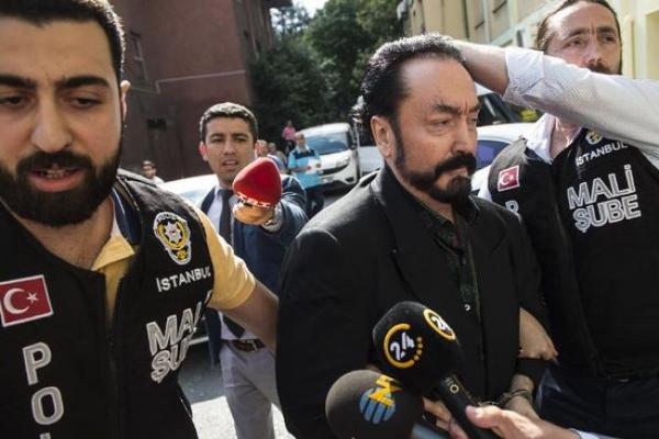 Penceramah Turki, Adnan Oktar alias Harun Yahya (tengah) ketika ditangkap oleh anggota kepolisian setempat (foto AFP)