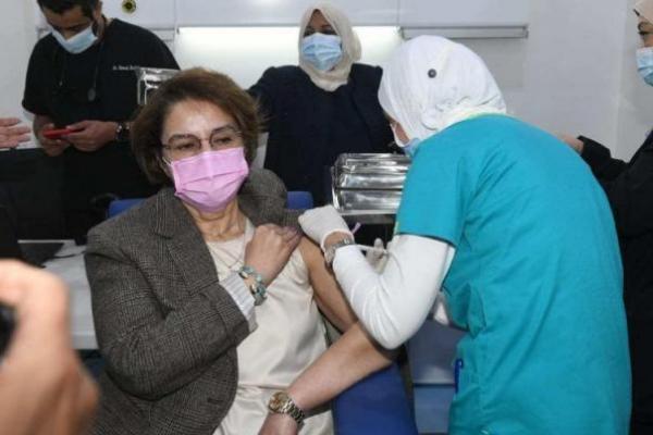 Seorang warga negara Kuwait menerima suntikan vaksin Pfizer-BioTech coronavirus (COVID-19) di pusat vaksinasi yang didirikan di Kuwait International Fairground di ibu kota Kuwait City, Kuwait pada 24 Desember 2020 [Jaber Abdulkhaleg / Anadolu Agency]