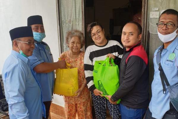 Ketua BKPRMI Said Aldi saat memberikan bantuan langsung ke masyarakat di Banjarmasin, sabtu (16/01/2021).