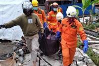 Tim SAR gabungan mengevakuasi jenazah korban gempa di Sulbar (foto BNPB)