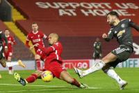 Pemain bertahan Liverpool Fabinho berusaha memblok tendangan dari penyerang Manchester United, Bruno Fernandes