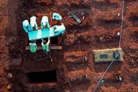 Petugas memakamkan jenazah Covid-19 di TPU Pondok Ranggon, Jakarta (foto Antara)