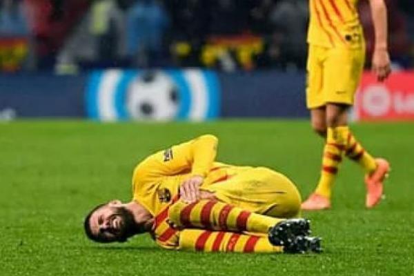 Gerard Pique terbarik kesakitan usai bertabrakan dengan Vitolo saat Barcelona bertandang ke markas Atletico Madrid, Senin (02/12) dini hari