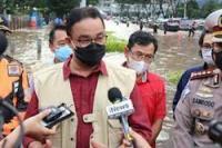Anies Baswedan memantau genangan di kawasan Jalan Sudirman dekat Pintu Air Sudirman Atmaja, Jakarta Pusat, Sabtu (20/2//2021) sore. 5 Warga Jakarta Meninggal Akibat Banjir, 4 Diantaranya Anak-anak, Anies Baswedan sampaikan duka cita