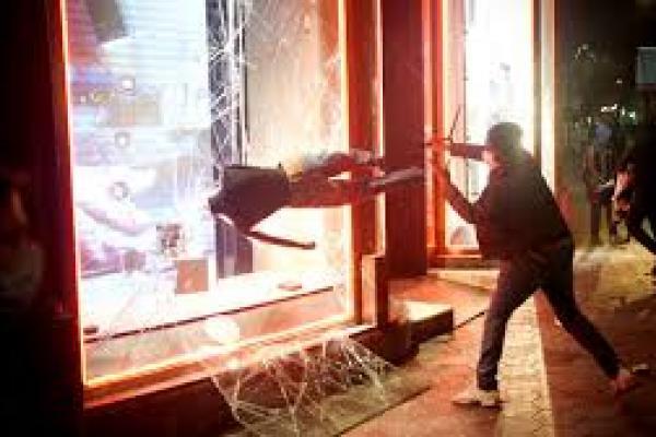Demonstran menghancurkan jendela toko selama protes menentang penangkapan penyanyi rap Pablo Hasel di Barcelona, Spanyol(foto: Joan Mateu/AP)