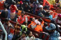 Pengungsi Rohingya di atas kapal menuju Pulau Bhasan Char, Bangladesh (Foto: Reuters)
