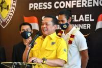 Ketua MPR RI sekaligus Ketua Umum Ikatan Motor Indonesia (IMI) Bambang Soesatyo saat konferensi pers bersama Sean Gelael, di Studio Digital Black Stone Bamsoet Channel, di Jakarta, Sabtu (27/2/21).