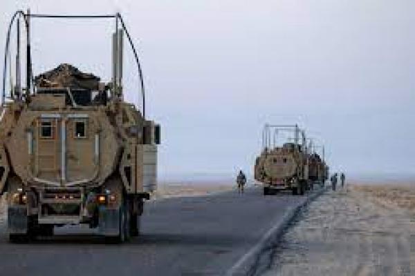 Tentara AS melakukan pemeriksaan keamanan pada kendaraan Mine Resistant Ambush Protected (MRAP) mereka di dekat perbatasan Kuwait (foto: Getty Images)