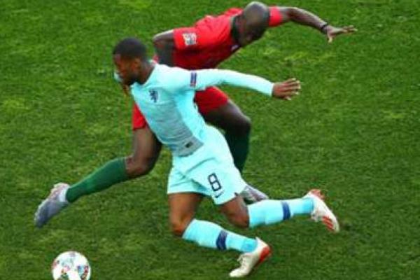 Wijnaldum dikawal punggawa Portugal (foto: Soccerway)