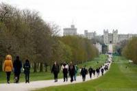 Suasana Kastil Windsor, saat warga membawakan bunga setelah Pangeran Philip, suami Ratu Elizabeth, diberitakan wafat pada usia 99 tahun, di Windsor, dekat London, Inggris, Jumat (9/4/2021). (foto: Reuters)