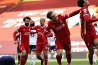 Bek Liverpool Trent Alexander-Arnold (kanan) melakukan selebrasi bersama Xherdan Shaqiri seusai mencetak gol penentu kemenangan atas Aston Villa dalam lanjutan Liga Inggris di Stadion Anfield, Liverpool, Inggris, Sabtu (10/4/2021). (foto: Getty Images)