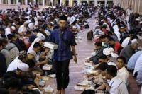 Umat Islam berbuka puasa bersama selama bulan Ramadan di Masjid Istiqlal, Jakarta pada 6 Mei 2019. ( foto: Anadolu Agency )