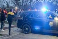 Seorang pengunjuk rasa menendang mobil polisi saat polisi meninggalkan tempat kejadian ditembaknya seorang warga kulit hitam, Duante Wright, dekat tempat Derek Chauvin diadili atas kematian George Floyd, di Brooklyn Center, Minnesota, Amerika Serikat pada 11 April 2021. Duante ditembak mati polisi Brooklyn Park beberapa jam sebelumnya. (foto: - Anadolu Agency)