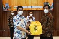 Iluni UI Bagikan 1.700 Paket Sembako ke Masyarakat dan Pegawai