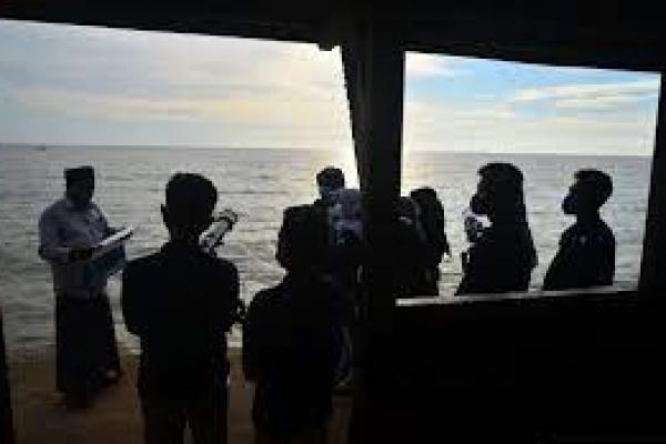 Dokumentasi - Mahasiswa Universitas NU (Unisnu) belajar menggunakan teleskop untuk mengamati hilal 1 Ramadhan di Pantai Semat, Jepara, Jawa Tengah, Sabtu (10/4/2021).(Foto: Antara)