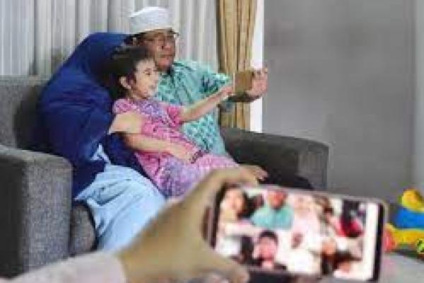 Ilustrasi. Video call untuk sliaturahim Idul Fitri (foto: Antara)
