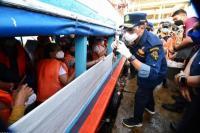 Menteri Perhubungan Budi Karya Sumadi menyapa penumpang kapal yang akan berangkat dari Pelabuhan Kaliadem menuju Kepulauan Seribu, Jakarta, Jumat (14/5/201).